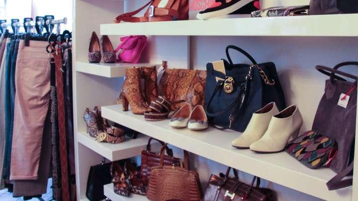 Taschen- und Schuhauswahl mit außergewöhnlichen Exemplaren.