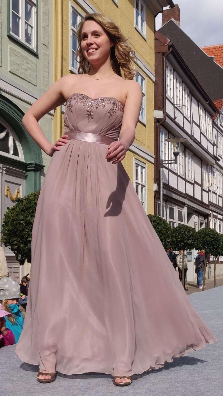 Ein trägerloses und elegantes Ballkleid.