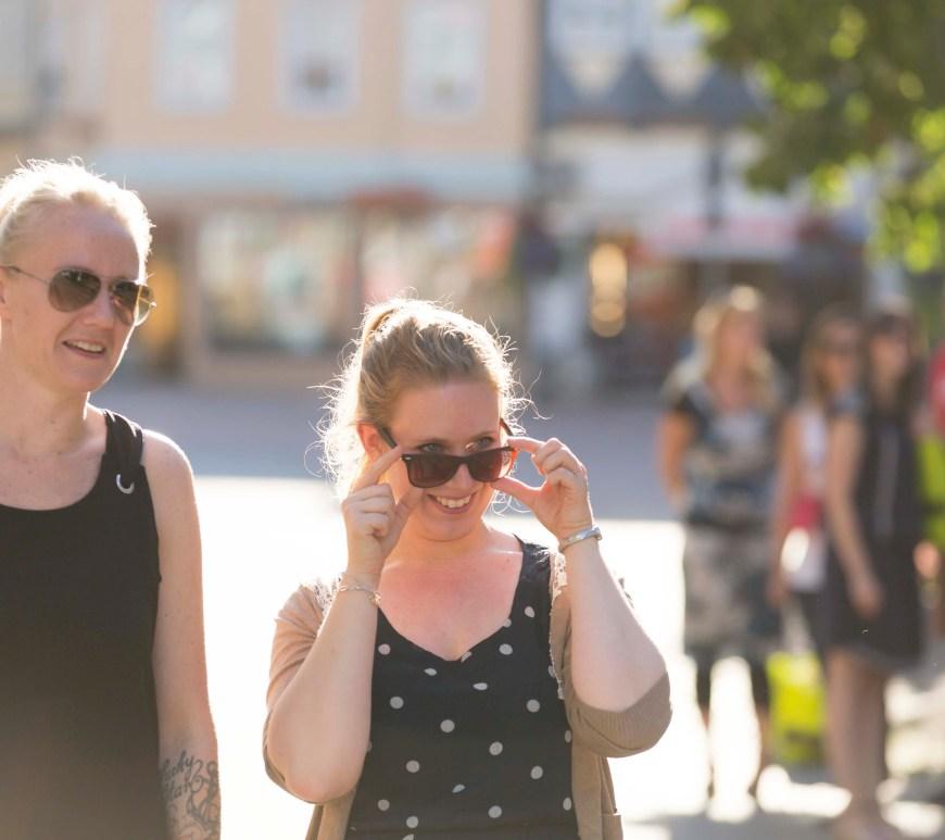 Beim Einkaufsbummel im Sommer immer mit dabei: Die Sonnenbrille.