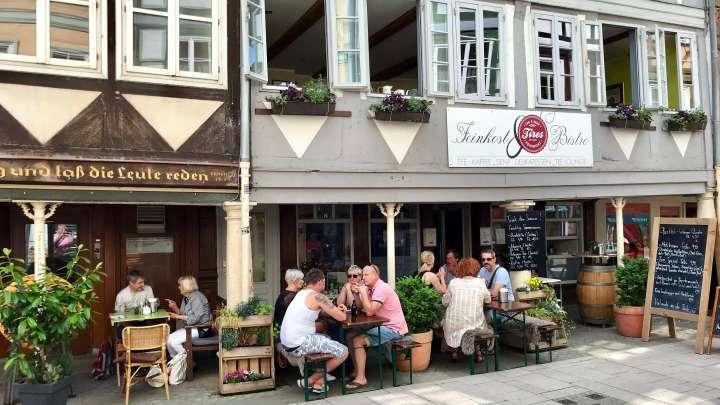 Gemütliches Zusammensitzen mitten in der Stadt bei »Tires Grill & Feinkost«.