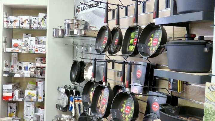 Töpfe, Pfannen und alles, was in der Küche gebraucht wird.