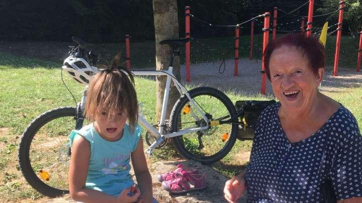 Tessa und Uroma Elke machen Picknickpause beim Spielplatz-Nachmittag.