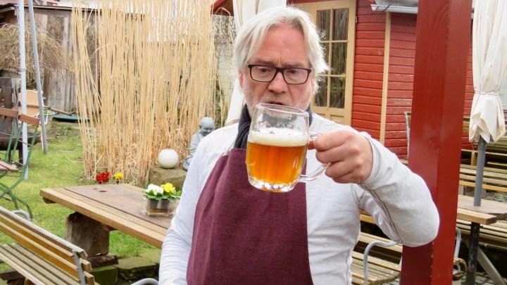 Michael Stier betrachtet einen halb gefüllten Bierkrug