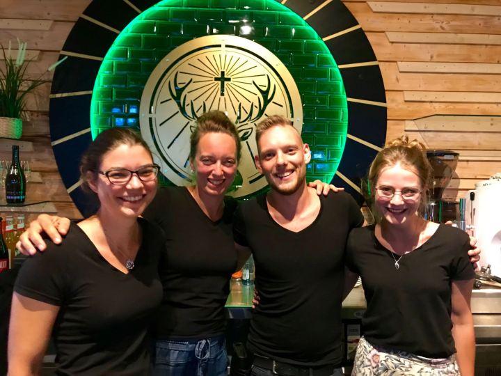 Nina Heptner mit ihrem Team im KOMM Beach Club