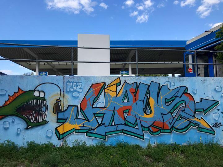 Graffiti vor der Tankstelle