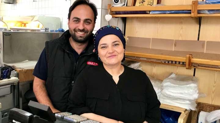Ilknur Uzbek und Hakan Celik bieten seit vier Jahren auf der Langen Herzogstraße 32 türkische Spezialitäten an.