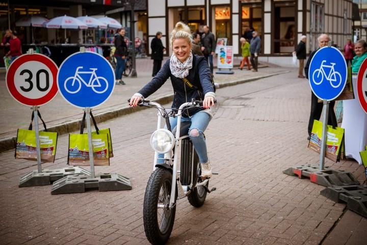 """Fotoaktion zum Gewinnspiel """"Schenk dir ein E-Bike"""" in der Fußgängerzone."""