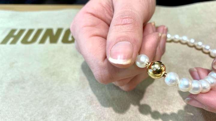 Bei »Hungeling« gibt es Perlenketten von Hingebung - ganz individuell.