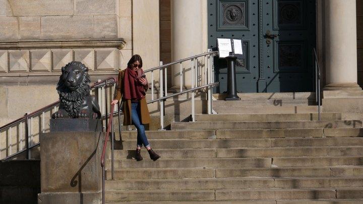 Auf den Stufen zur Herzog August Bibliothek in Wolfenbüttel