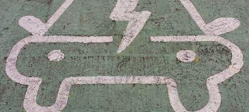 Kennzeichnung eines Parkplatzes mit Ladesäule für Elektroautos in den USA, Fotograf: Pat Joyce, phatcontroller/flickr.com, Creative Commons 2.0 Lizenz