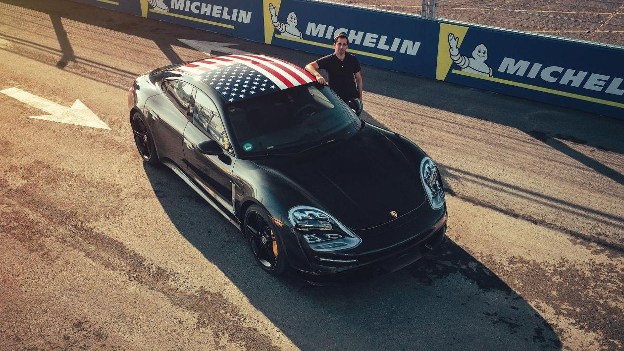 Formel-E-Pilot und Porsche-Testfahrer Neel Jani mit einem Taycan-Prototyp