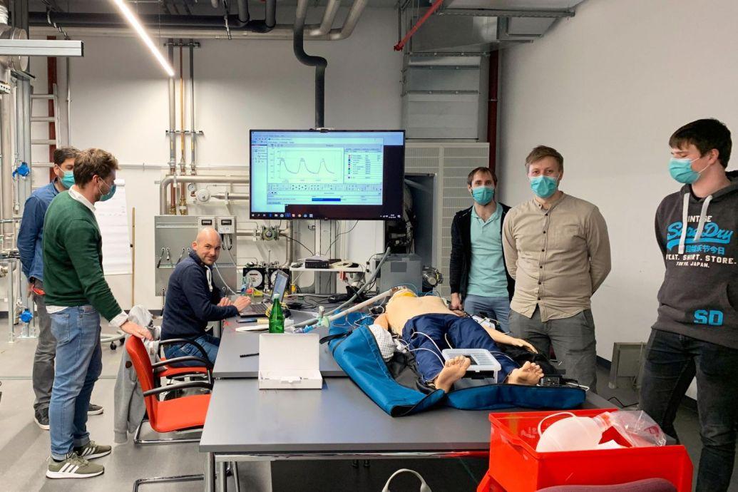 Mitarbeiter des Heizungsbauers Viessmann testen ein von ihnen entwickeltes Beatmungsgerät an einer Puppe