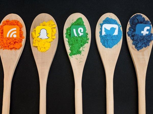 Darstellung mehrerer Social Media Logos auf Holzlöffeln