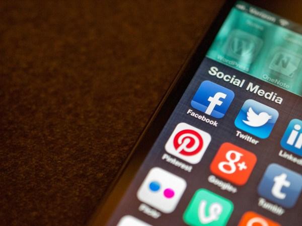 Mehrere Social Media-Apps sind auf einem Handy-Bildschirm zu sehen.