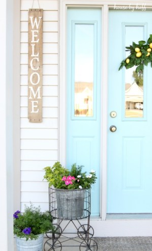 Love this cheery front door color and the pallet wood welcome sign - such curb appeal! eclecticallyvintage.com