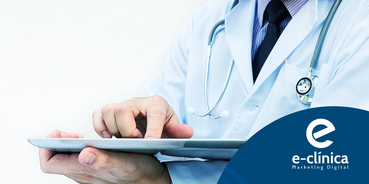 médico usando tablet faz marketing digital médico nas redes sociais