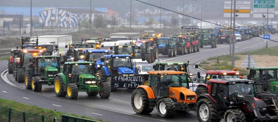 French farmers drive with their tractors to the Flaubert bridge in Rouen during a nationwide day of protest against their deteriorating economic conditions due to a fall in agricultural prices, October 16, 2009. REUTERS/Steve Bonnet (FRANCE AGRICULTURE CONFLICT BUSINESS)