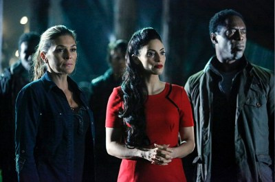 Pictured (L-R): Paige Turco as Abby, Erica Cerra as Alie, and Isaiah Washington as Jaha -- Credit: Bettina Strauss/The CW