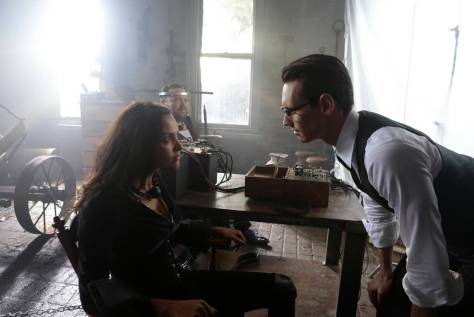 GOTHAM: L-R: Jessica Lucas, Drew Powell and Cory Michael Smith in the ÒMad City: Time BombÓ episode of GOTHAM airing Monday, Nov. 21 (8:00-9:01 PM ET/PT) on FOX. Cr: FOX.