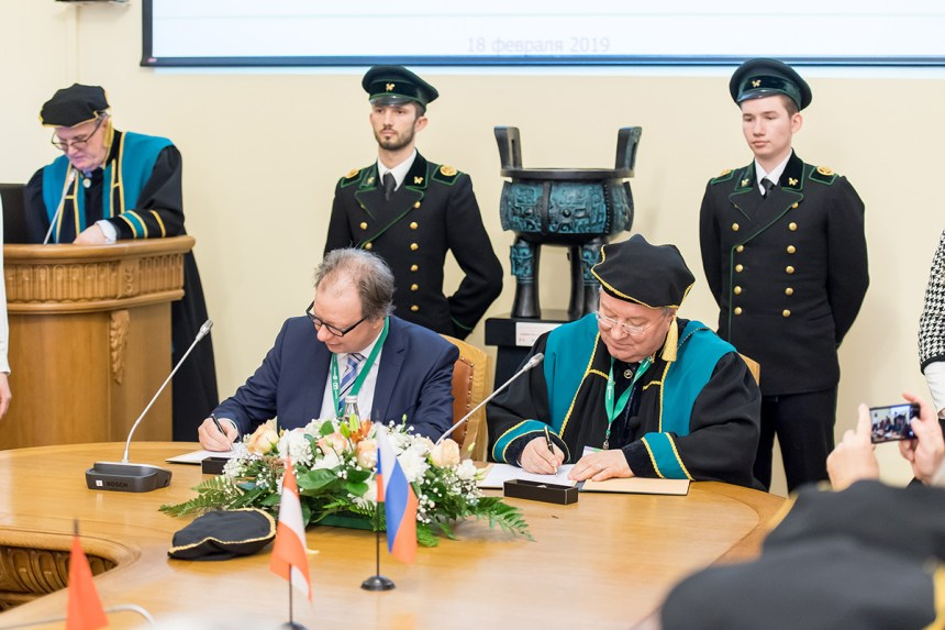 After the official ceremony colleagues started the signing of partner agreements