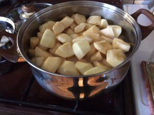 Pan met stukjes appel