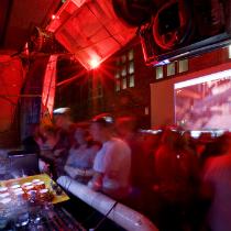 Seven Metre Bar : Richard Goodwin, Russell Lowe, Adrian McGregor.