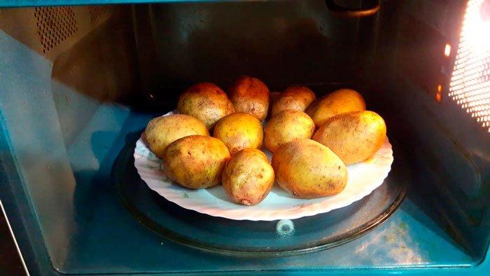 Jak svařovat brambory bez vody v mikrovlnné troubě