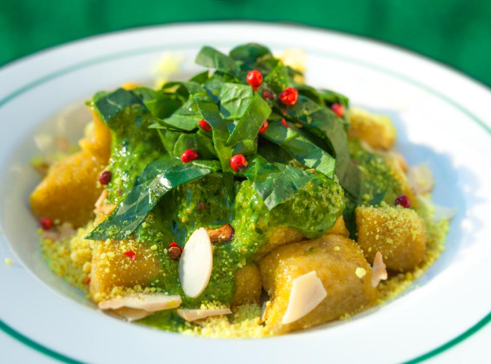 Gnocchi de batata-doce com pesto de espinafre cru e parmesão vegan