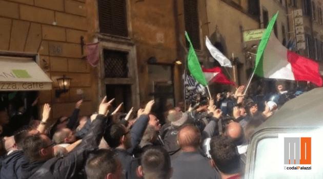 Quel saluto fascista dei tassisti di Roma