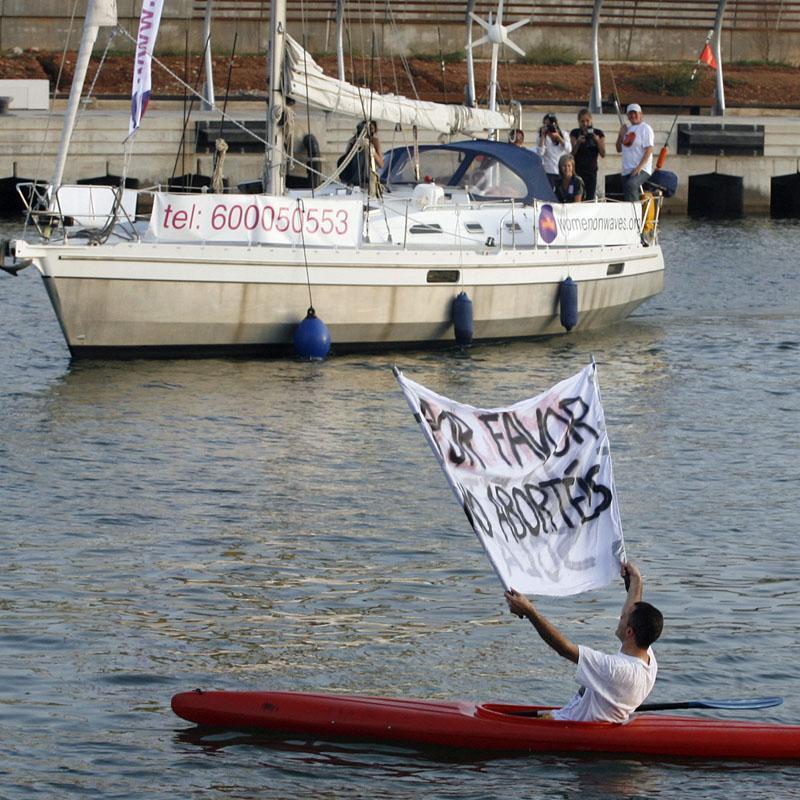 Ante el barco de la muerte, pidiendo que no se cometan abortos
