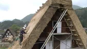 толстый слой камыша на крыше, монтаж