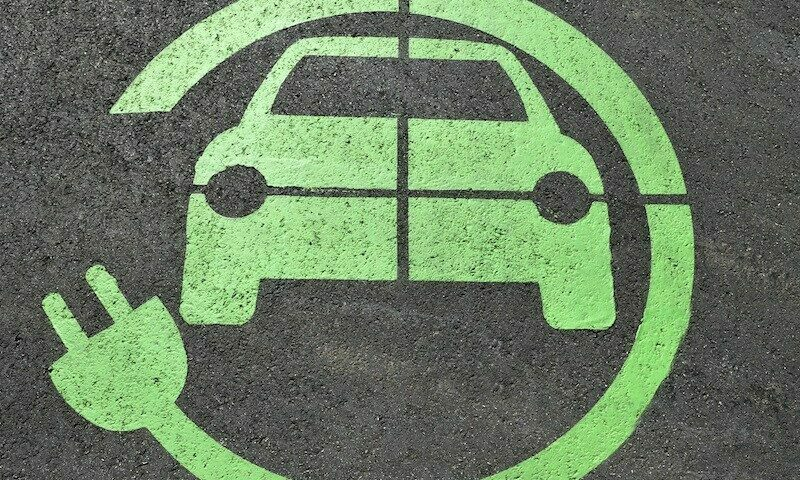 Licznik Elektromobilności: rośnie liczba pojazdów i stacji ładowania
