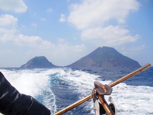 トカラ列島横当島を海から臨む