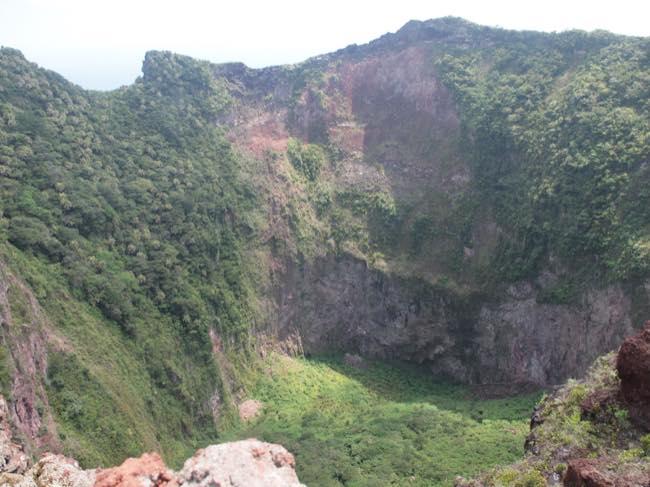 トカラ列島横当島の火口の様子