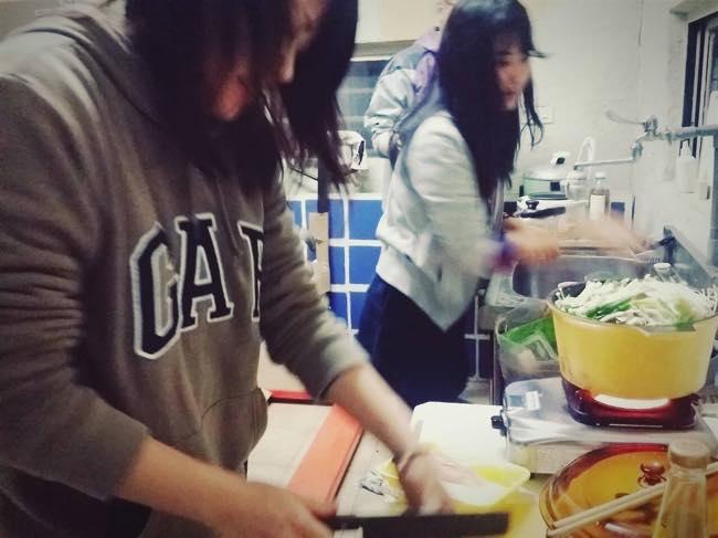 参加者同士で夕食を作る村おこしボランティア【台湾 淡水コース】の様子