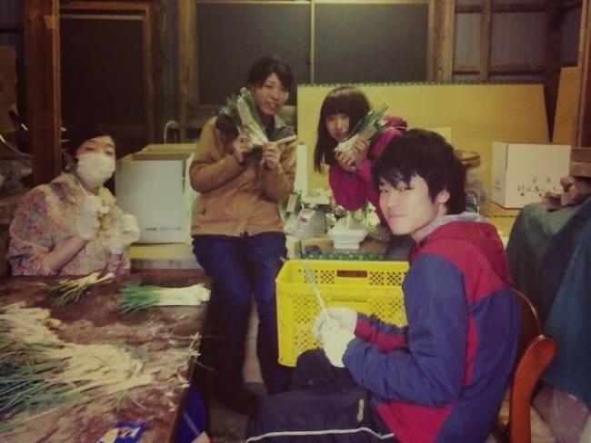 村おこしボランティア【宝島コース】で島らっきょうのお手伝いをする学生ボランティア