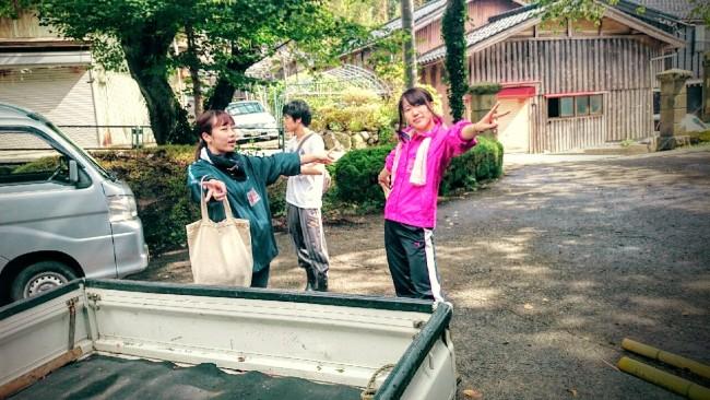 竹林整備ボランティアに向かう学生たち