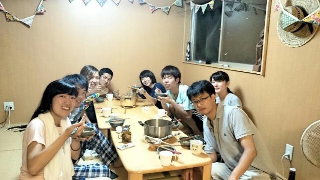 食事を楽しむ宝島ボランティアのメンバー
