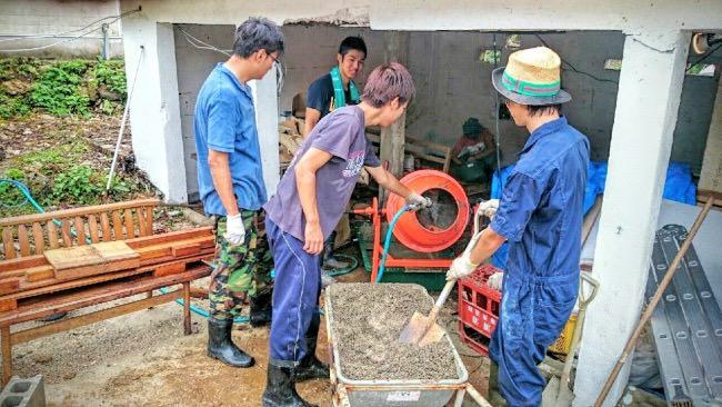 コンクリート作りをする学生ボランティア