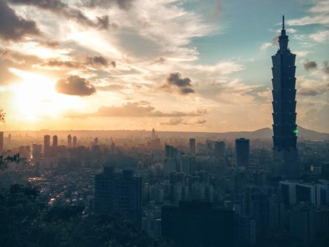 台北の象山歩道から眺めた夕暮れの台北市街と台北101