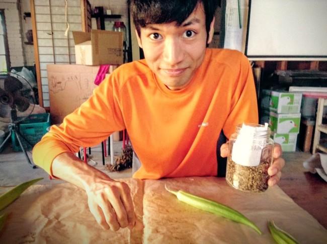 沖縄人参の発芽処理をする学生ボランティア