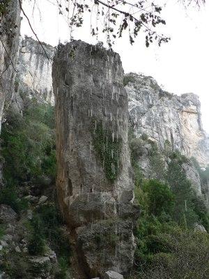 Pilar de roca a la salida de la cova d'en Marc