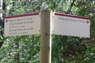 poste indicando la Font del Paradís a 170m.