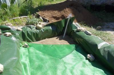 cubriendo la capa de piedra y tierra con malla antihierbas