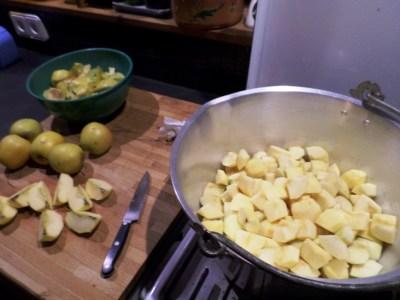 poner las manzanas en la olla