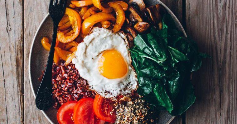 Combo de hummus de lentejas, arroz rojo, espinacas y pimientos