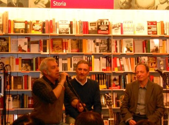 De Sfroos con Maurizio Pratelli (a destra) e Lorenzo Canali