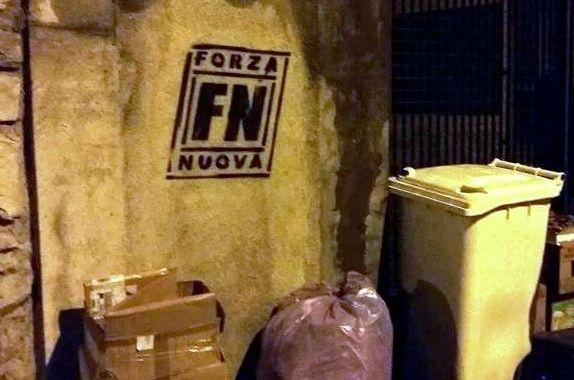 Vandalismo nero tra i rifiuti della sede canturina di Arci, Auser, Cgil, Pd