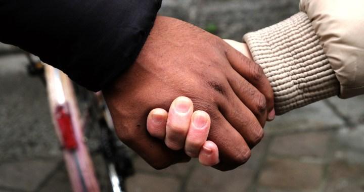 Video/ Un abbraccio solidale/ Como resiste