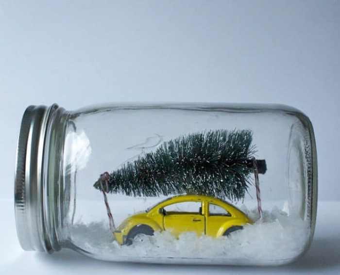 Escena navideña en un frasco de vidrio